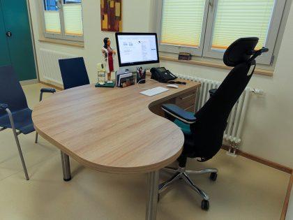 Schreibtisch/Arbeitsplatz für Arztpraxis aus Kunststoff, Dekor Eiche Village