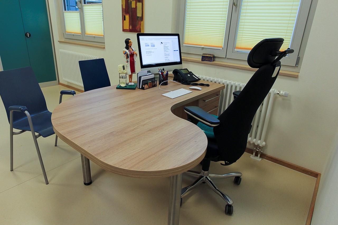 Schreibtischarbeitsplatz Für Arztpraxis Aus Kunststoff Dekor Eiche