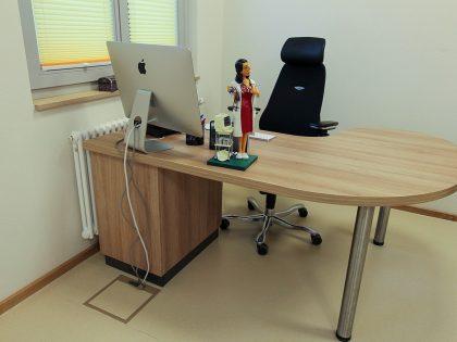 Rückansicht vom Schreibtisch in der Arztpraxis.