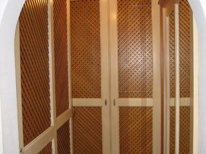Einbaugarderobe in Fichte massiv mit Holzgittertüren