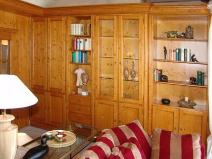 Wohnzimmerschrankwand in Fichte massiv eingebaut