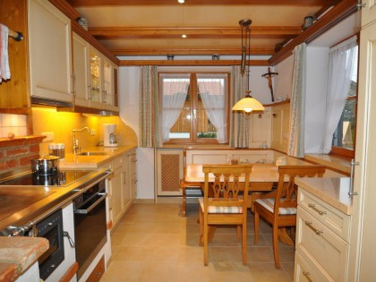 Einbauküche TAUERN mit Holzbalkendecke und Essecke