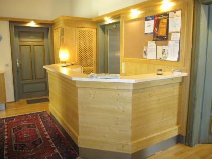 Rezeption für Gästehaus in Fichte massiv. Oberfläche gebürstet, gebeizt und lackiert