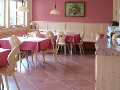 Frühstücksraum in Fichte massiv, Tische mit massiver Ahornplatte