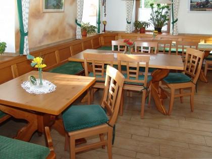 Frühstücksraum/Gastraum mit umlaufender Sitzbank maßgenau eingebaut