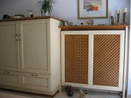 Vorratsschrank mit Heizkörperverkleidung in der Einbauküche TAUERN
