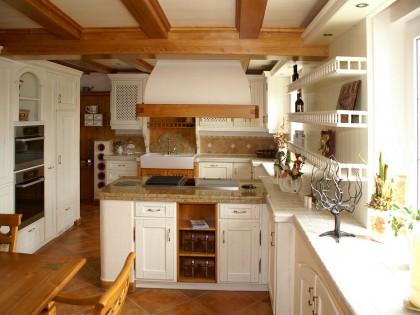 Küche CARNIA in Fichte massiv mit Wandvertäfelung und Holzbalkendecke