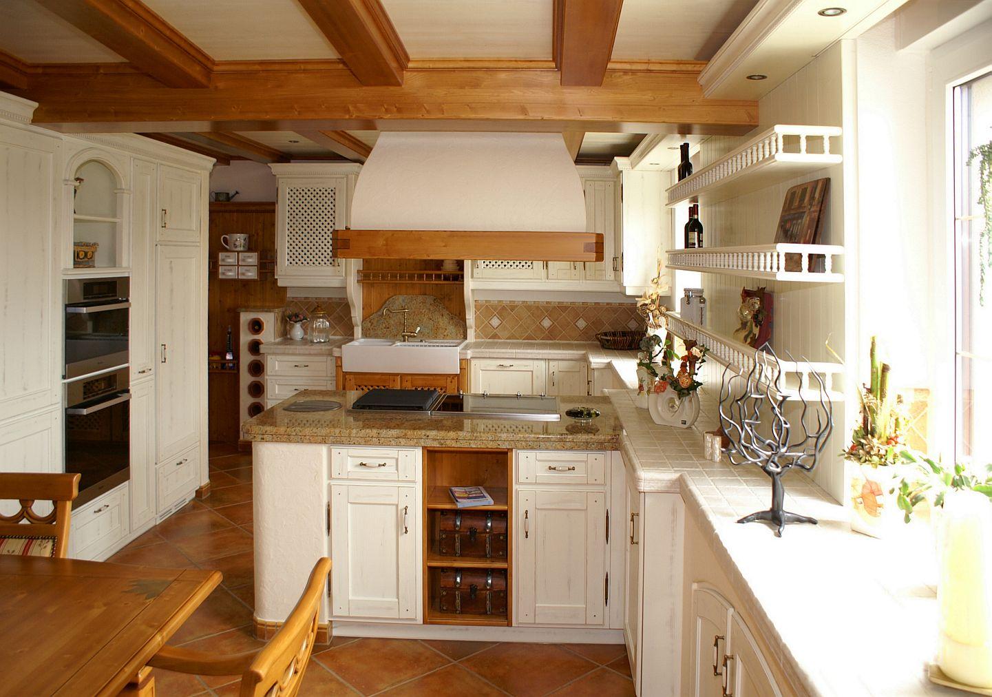 Küche CARNIA in Fichte massiv mit Wandvertäfelung und Holzbalkendecke | Möbel Finsterwalder