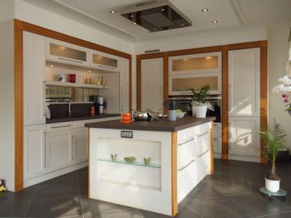 Einbauküche WÜRZBURG weiß lackiert mit braunen Holzfriesen abgesetzt