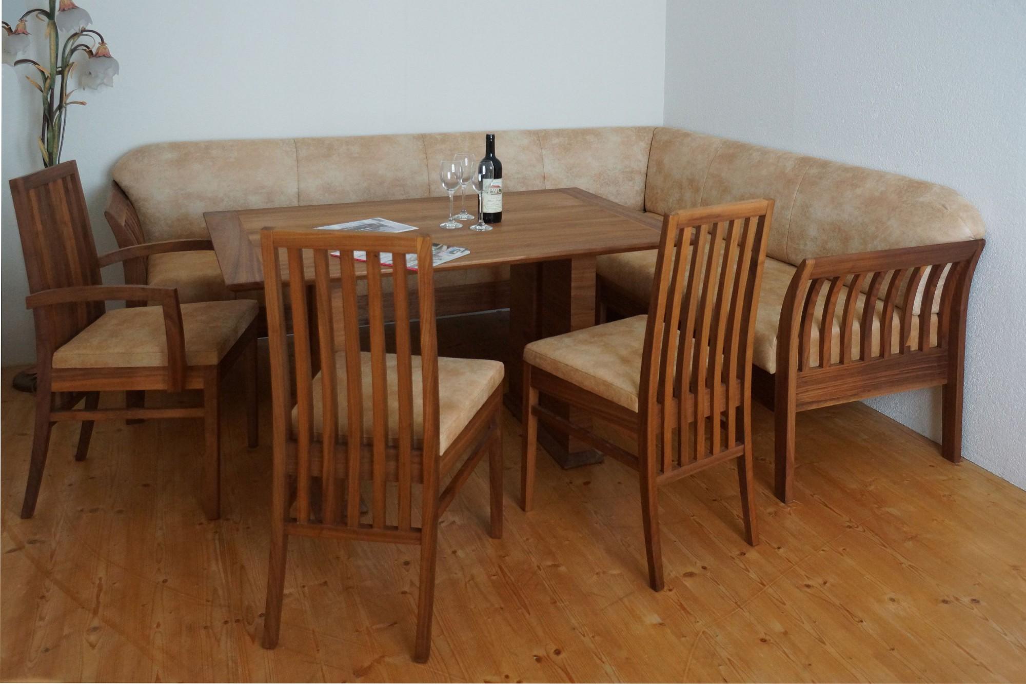 polsterbank in nussbaum mit wangentisch sessel und st hle m bel finsterwalder. Black Bedroom Furniture Sets. Home Design Ideas