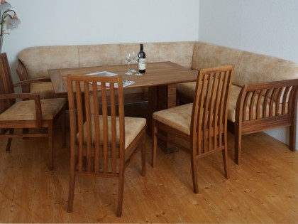 Polsterbank in Nussbaum mit Wangentisch, Sessel und Stühle