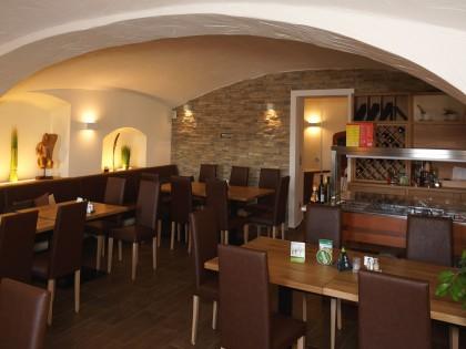 Restauranteinrichtung mit gepolsterten Bänken und Stühlen in Leder