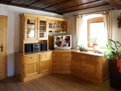 Wohnzimmerschrank in Fichte massiv über Eck eingebaut