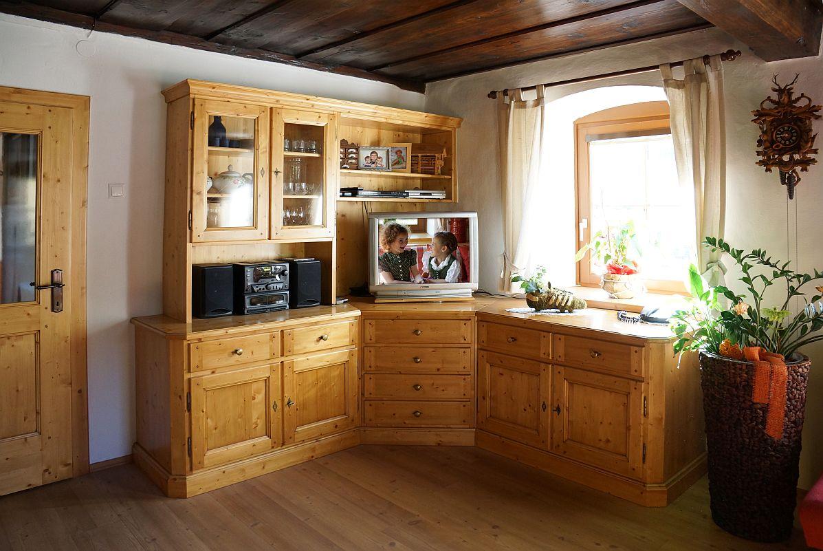 Wohnzimmerschrank in Fichte massiv über Eck eingebaut | Möbel ...