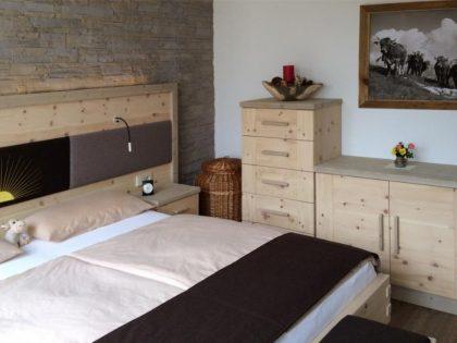 Doppelbett mit LED-Beleuchtung, Anrichte, Kommode und Vorbank in Zirbe