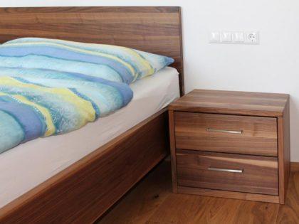 Schlichtes Schlafzimmer aus massiver, edler Wildnuss