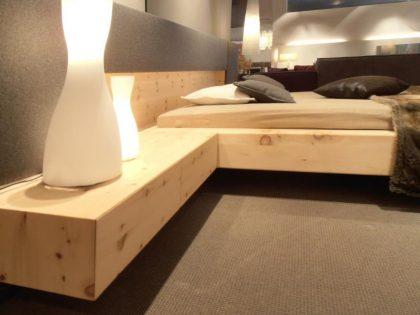 Wuchtiges Zirbe-Doppelbett