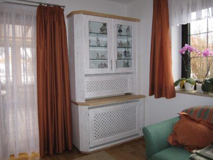 Glasvitrine mit Heizkörperüberbau im Wohnzimmer